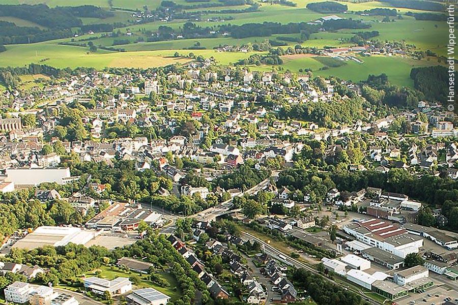 """Wipperfürth ist die älteste Stadt im Bergischen Land im Oberbergischen Kreis im Regierungsbezirk Köln in Nordrhein-Westfalen. Hier wohnen inzwischen rund 21.200 Einwohner und seit 2012 darf Wipperfürth den offiziellen Zusatz """"Hansestadt"""" führen."""