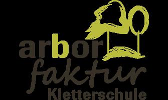 """Das Bild zeigt das Firmenlogo von der arborfaktur Kletterschule. Das Logo besteht aus Schrift und zeigt im rechten hinteren Teil des Logos zwei Bäume, farblich ist das Logo und der Schriftzug """"arbor faktur Kletterschule"""" in braun und hellgrün gestaltet."""