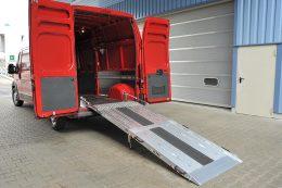 Die RRK-Rampe ist fest im Fahrzeug montiert und bietet durch das leichte Ausklappen mittels Gasdruckfeder eine besonders komfortable Lösung beim häufigen Be- und Entladen.