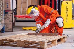 Arbeitssicherheit: Beim Umgang mit bestimmten Arbeitsgeräten und Werkstoffen gehört Schutzkleidung in jedem Fall dazu.