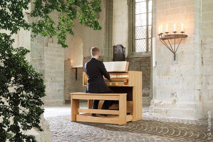 Der Einsatz von Orgeln auch außerhalb der Kirchengebäude und Konzertsäle ist zunehmend verbreitet. In einer Friedhofskapelle steht dieses Instrument stärker unter dem Einfluss atmosphärischer und klimatischer Schwankungen als dies in geschlossenen Kirchenräumen der Fall ist.