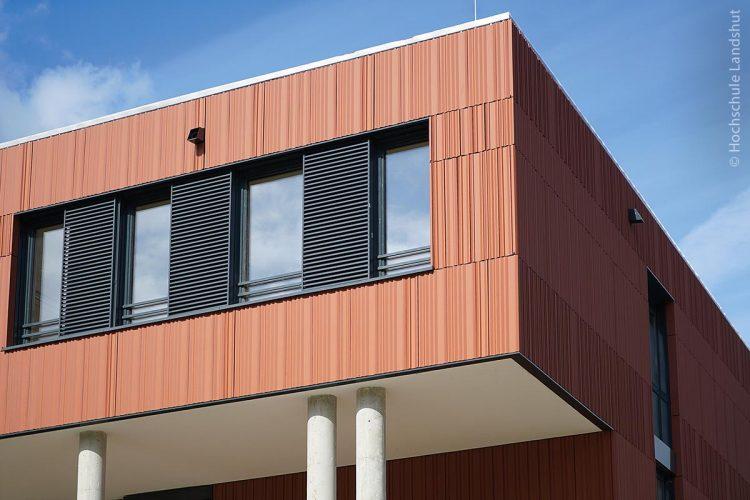 Eine Maßnahme, um Energie zu sparen, sind Jalousien und Schiebeläden, die – wie am neuen Gebäude der Hochschule Landshut – automatisch für Schatten sorgen.