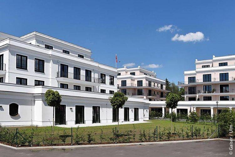Die neue Johanniter-Wohnanlage in Bad Wörishofen besteht aus zwei Gebäudeteilen mit fünf Stockwerken, die im Erdgeschoss miteinander verbunden sind.