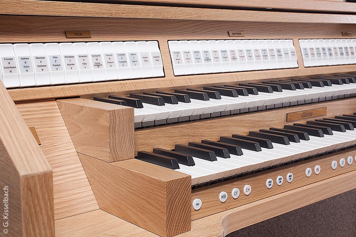 Herzstück der Gloria Klassik 240 sind die zwei integrierten Dispositionen, die sich auf Knopfdruck von Barock auf Symphonisch umschalten lassen.