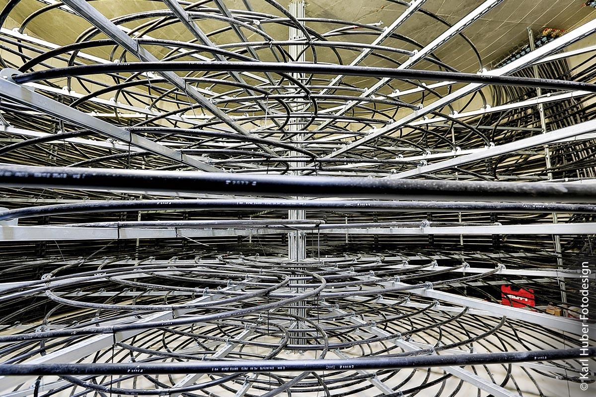 Ein unterirdisch angelegter Entzugswärmetauscher, bestehend aus vielen gebogenen Rohren (hier eisfrei), sorgt für den Eisaufbau im Eisspeicher.