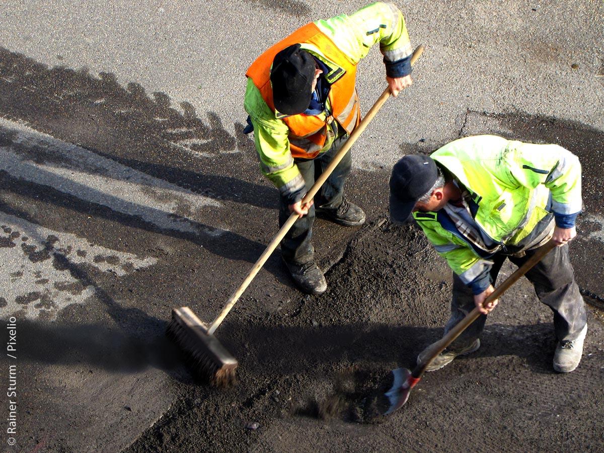 Zur Arbeitssicherheit gehört speziell für Straßenarbeiter, nicht nur schützende, sondern auch gut sichtbare Kleidung zu tragen.