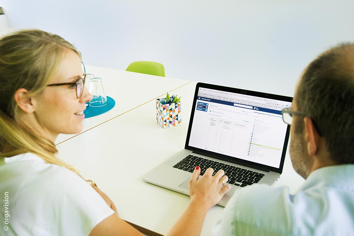Kollegen können ihr Wissen leicht im Organisationshandbuch dokumentieren und an andere Kollegen weitergeben.