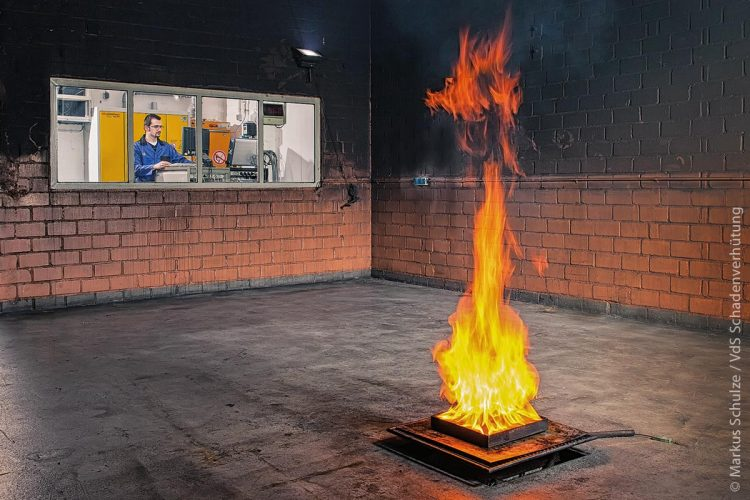 Feuertest im Labor: Die neue Technik identifiziert die visuellen Charakteristika von Bränden. Hierzu gehört beispielsweise das Erkennen des typischen Farbspektrums von Flammen sowie die charakteristische Bewegung und Formenbildung von Rauch.