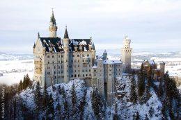 Imposantes Neuschwanstein: Aus einer weiteren Entfernung war in den Jahren vor Sanierungsbeginn noch nicht erkennbar, dass das Schloss restaurierungsbedürftig war. Aktuell wird das 150 Jahre alte Gebäude für rund 20 Millionen Euro saniert.