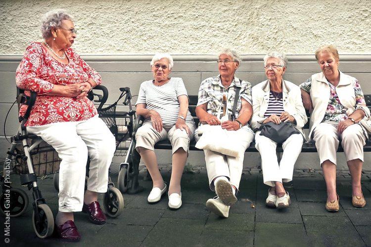 Damit ältere Menschen, die in der Bevölkerung anteilig zunehmen, weiterhin ein lebenswertes Leben führen können, werden auch für sie sinnvolle Hilfen und Konzepte entworfen.