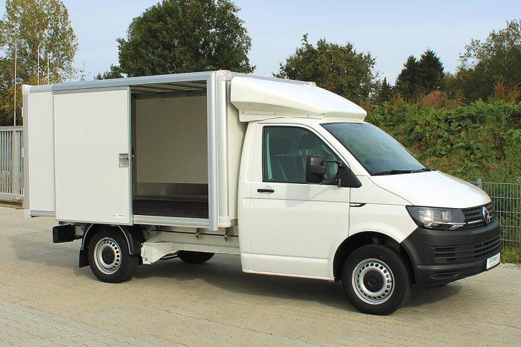 Der VW T6 Elektro in weiß mit Leichtbau-Koffer, Schiebetüren, Innenbeleuchtung und einem Dachspoiler