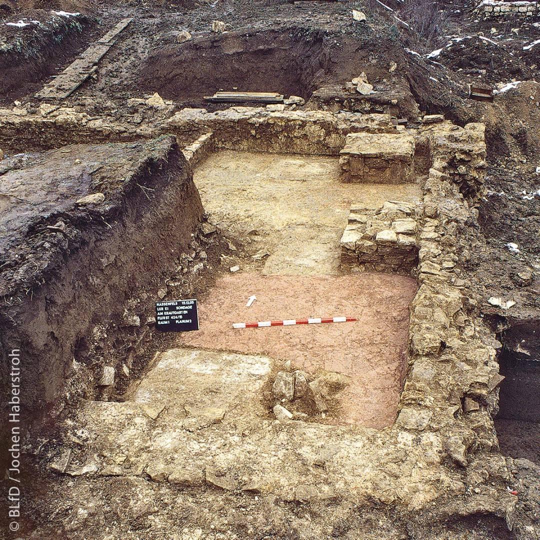 In der von der Bebauung ausgenommenen Denkmalfläche im Baugebiet Krautgartenfeld in Nassenfels (Landkreis Eichstätt) liegen unter anderem die Reste einer frühmittelalterlichen Kirche.