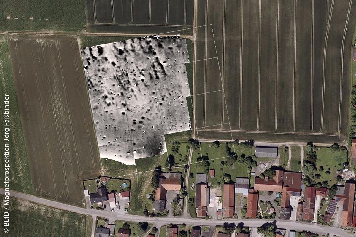 Beispiel für eine von der Bebauung ausgesparte Denkmalfläche in Oberglauheim, Landkreis Dillingen an der Donau, als geophysikalische Prospektion dargestellt.