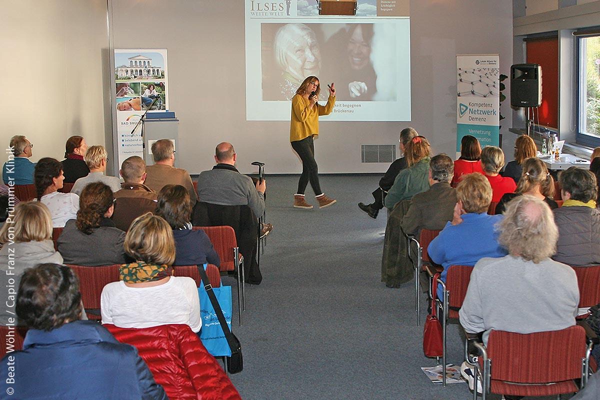 """""""Ilses weite Welt"""": Sophie Rosentreter, bekannt aus Medien und TV, berichtete in Bad Kissingen von der Demenz ihrer Großmutter Ilse und ihrem eigenen Weg, dieser Erkrankung mit neuem Verständnis zu begegnen. Dazu verknüpfte sie eigenes Erleben mit gewonnenem Know-how zu einem Konzept, das Angehörige stark macht und Pflegeprofis ermutigt."""