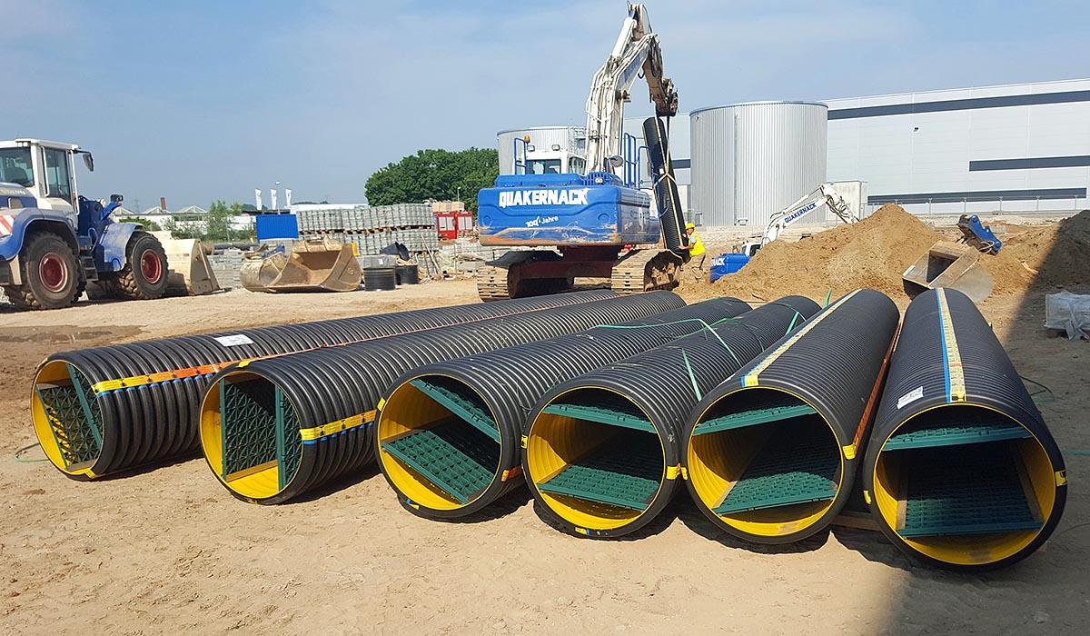 Sedi-Pipe-XL-Plus-Anlagen: Verschmutzungen werden entlang der Sedimentationsstrecke durch den eingebauten Strömungstrenner vom durchfließenden Regenwasser getrennt. Sedimente im Regenwasser setzen sich unterhalb des grünen Gitters ab und sammeln sich so im strömungsberuhigten Raum im unteren Rohrquerschnitt.