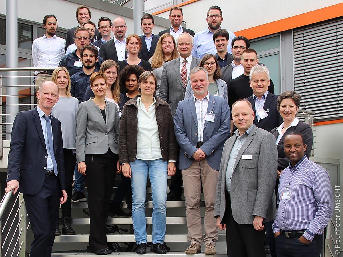 Die Auftaktveranstaltung zu Suskult fand mit 35 Teilnehmenden des Projektverbunds und des Projektbeirats in Oberhausen statt. Koordinator ist das Fraunhofer-Institut für Umwelt, Sicherheits- und Energietechnik mit dem Leiter der Abteilung Photonik und Umwelt Volkmar Keuter (erster von links).
