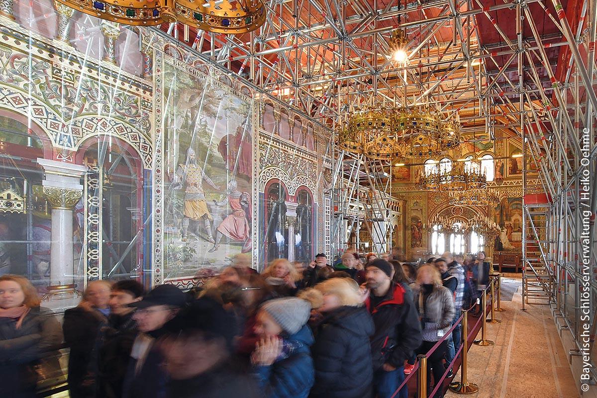Trotz Baugerüsten kann man das Schloss Neuschwanstein besichtigen: Besucher durchströmten bereits 2018 den Sängersaal, als die notwendigen Sanierungsarbeiten bereits in vollem Gange waren.