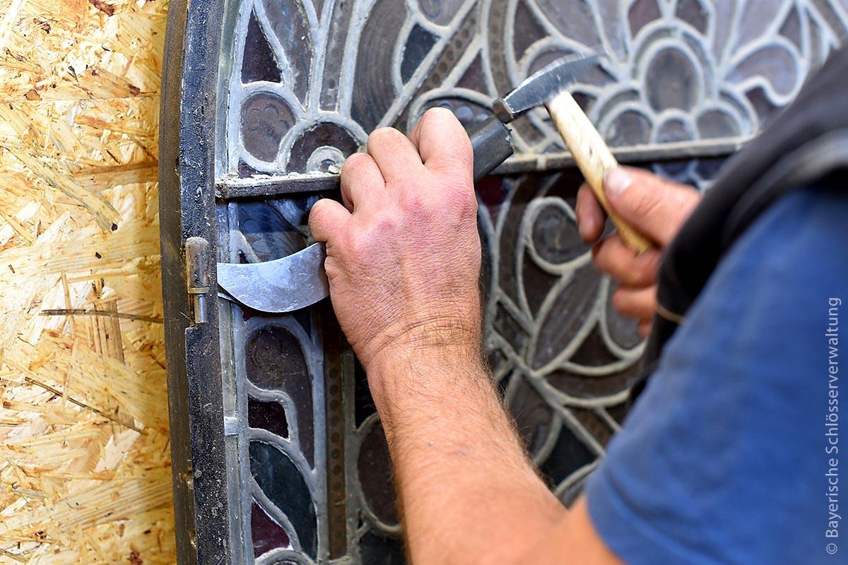 Restaurierungsarbeiten an einem der vielen Buntglasfenster: Noch bis ins Jahr 2020 hinein werden Schönheitsmängel und Beschädigungen wie Risse in den Außenmauern, instabile Buntglasfenster, abgeblätterte Fassadenfarben und Wandmalereien sowie beschädigte Parkettböden behoben.