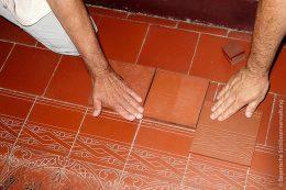 Abgeschliffene, beschädigte Bodenfliesen werden ersetzt und extra dafür nach dem genauen Vorbild entworfen und neu hergestellt.