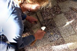 Auch beschädigte Steinfliesen werden zugeschnitten und ersetzt.