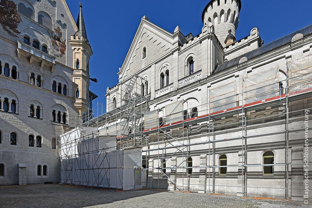 Letzte Gerüste, wie hier an der frisch sanierten Südfassade des Ritterhauses im Oktober 2019, stehen noch am Außengebäude, um von dort aus die Fenster zu restaurieren. Inzwischen konzentrieren sich die Arbeiten aber fast ausschließlich auf die Innenräume.