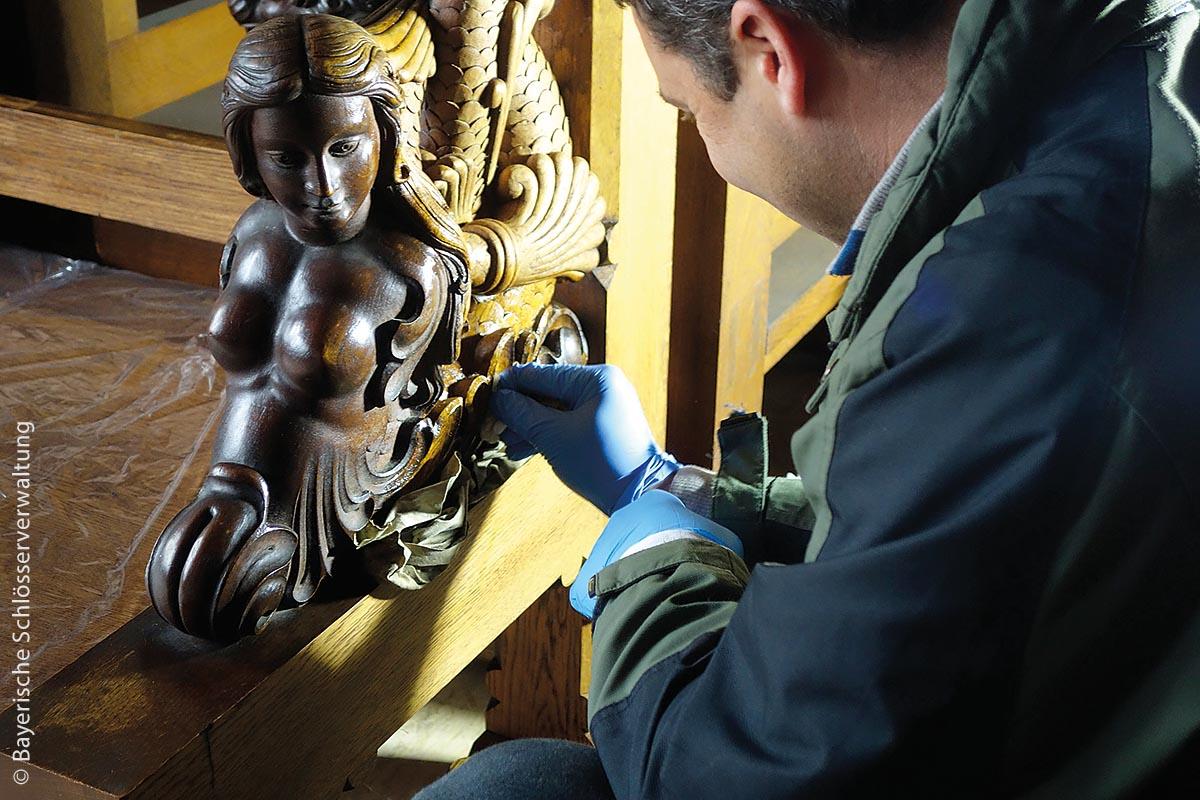 Neben sehr vielen Wandmalereien mussten auch Holzschnitzereien rundum erneuert werden.