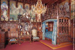 Das detailreich verzierte Schlafzimmer von König Ludwig II. in seiner Wohnung auf Schloss Neuschwanstein