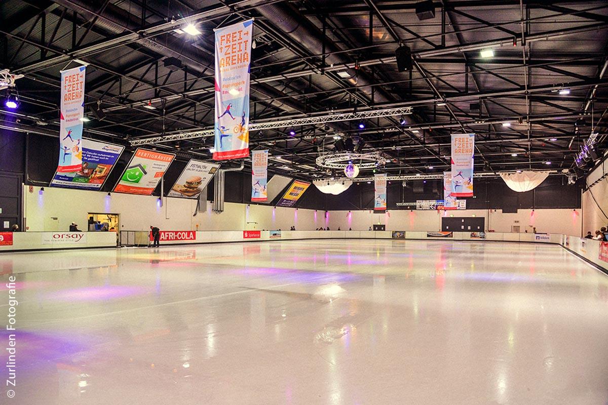 Wenn die Eisläufer abends genug haben, bekommt die 1800 Quadratmeter große Halle in Offenburg Besuch: Eine Eismaschine stellt die gewünschte, spiegelnde Glätte wieder her.