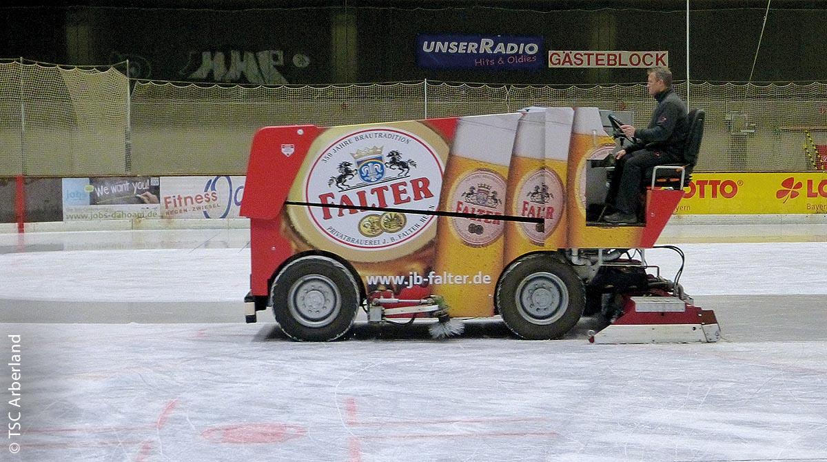 Nach einem vollen Programm lässt der Eismeister in Regen eine Eismaschine über die Fläche gleiten, um hier wieder spiegelnde Glätte zu erzeugen.