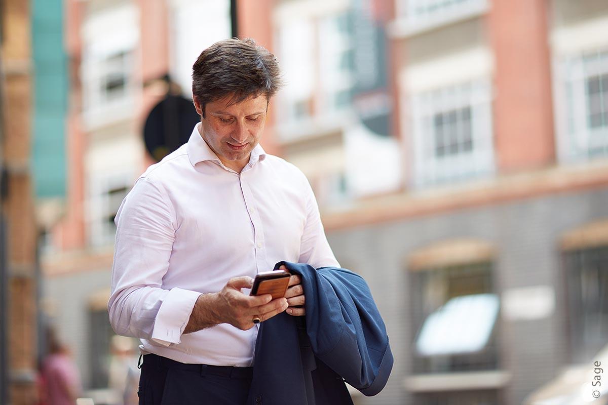 Mit dem Mitarbeiterportal der Sage HR Suite Cloud Plus können Mitarbeiter viele eigene Angelegenheiten selbstbestimmt und unbürokratisch erledigen – und das auch von unterwegs aus mit dem Smartphone.