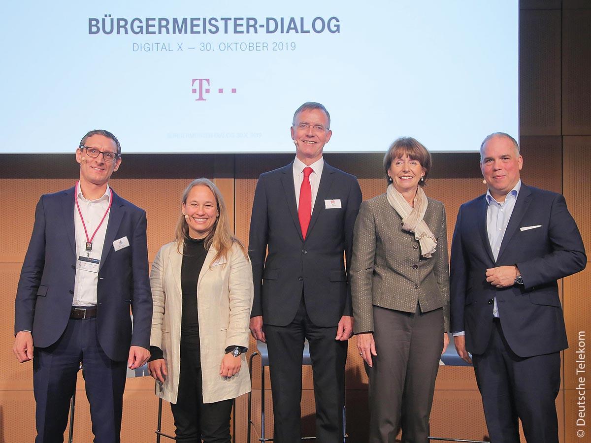 Kommunale Entscheidungsträger haben während der Fachmesse Digital X in Köln mit der Deutschen Telekom über die Herausforderungen der Digitalisierung gesprochen. An der dort stattfindenden Podiumsdiskussion beteiligten sich (von links) Markus Keller, Julia Engenholf, Dr. Gerd Landsberg, Henriette Reker und Dirk Wössner.