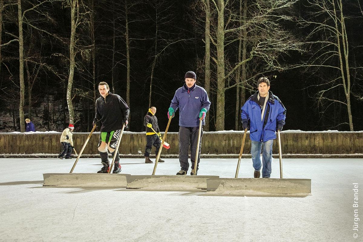 Die Eisfläche im Hermeshofeisstadion Titisee wird jeden Winter von Hand, von einer mehrköpfigen Helferinitiative aufbereitet.