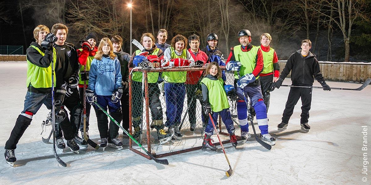 Abends wird in Titisee-Neustadt Eishockey gespielt.