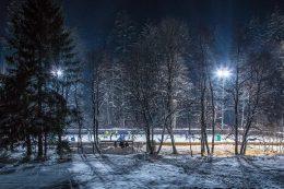 Lichtfluter machen es möglich, dass die Natureisbahn in Titisee-Neustadt auch bei Dunkelheit benutzt werden kann.