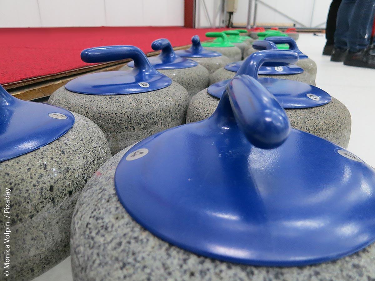 """Curling – früher auch einfach Eisstockschießen genannt – ist der neueste Trendsport: Auch in der neuen Eishalle, der """"Helios Arena"""", in Villingen-Schwenningen wird diese Sportart angeboten."""