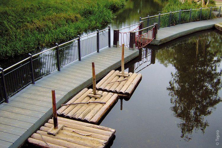 In Lübben ist ein 36 Meter langer Steg am Wasserspielplatz im Farbton Grau entstanden. Da die Bohlen kein Wasser aufnehmen und somit nicht verrotten, ist dies die langlebigste und innovativste Lösung.