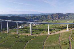 1,7 Kilometer lange Hochmoselbrücke verbindet über den Weinbergen und dem Fluss den Hunsrück mit der Eifel. Die Autofahrer brauchen trotz der Höhe von bis zu 158 Metern keine Angst vor heftigen Seitenwinden zu haben.