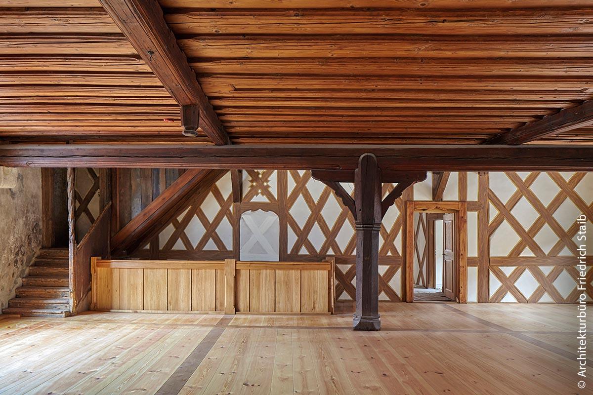 In der geräumigen, mit wuchtigen Balken und Holzdecke ausgestatteten Rathausdiele – auch Bürgersaal genannt – finden unter anderem Weinproben, Empfänge und andere Veranstaltungen statt.