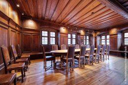 Rathaus Sommerhausen in neuem Glanz: Die Ratsstube ist mit tiefen Fensternischen und intarsierter Wandvertäfelung ausgestattet. Stühle und Tische stammen aus der Zeit der Renaissance.