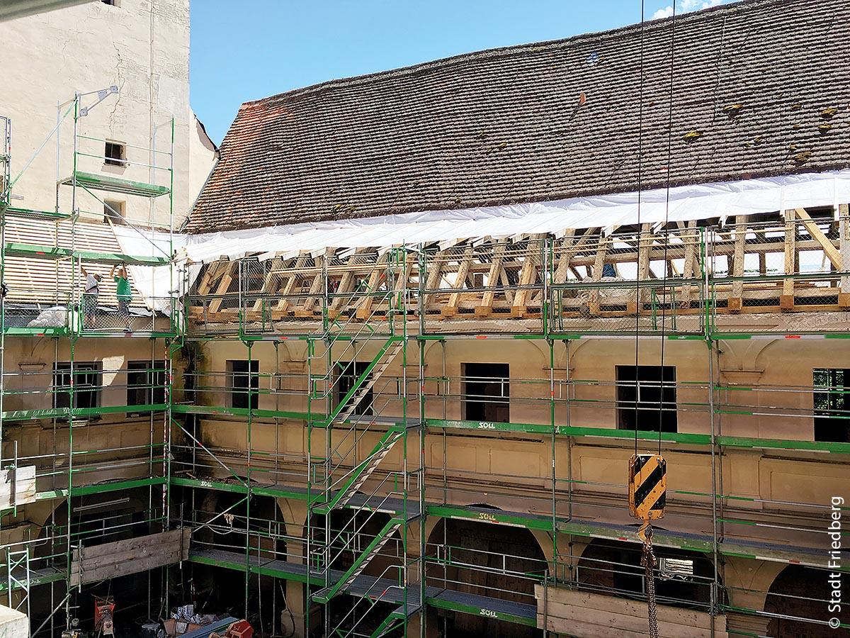 Baugerüste im Juni 2016: Die Instandsetzungsmaßnahmen des Wittelsbacher Schlosses in Friedberg begannen 2015 und endeten 2018.