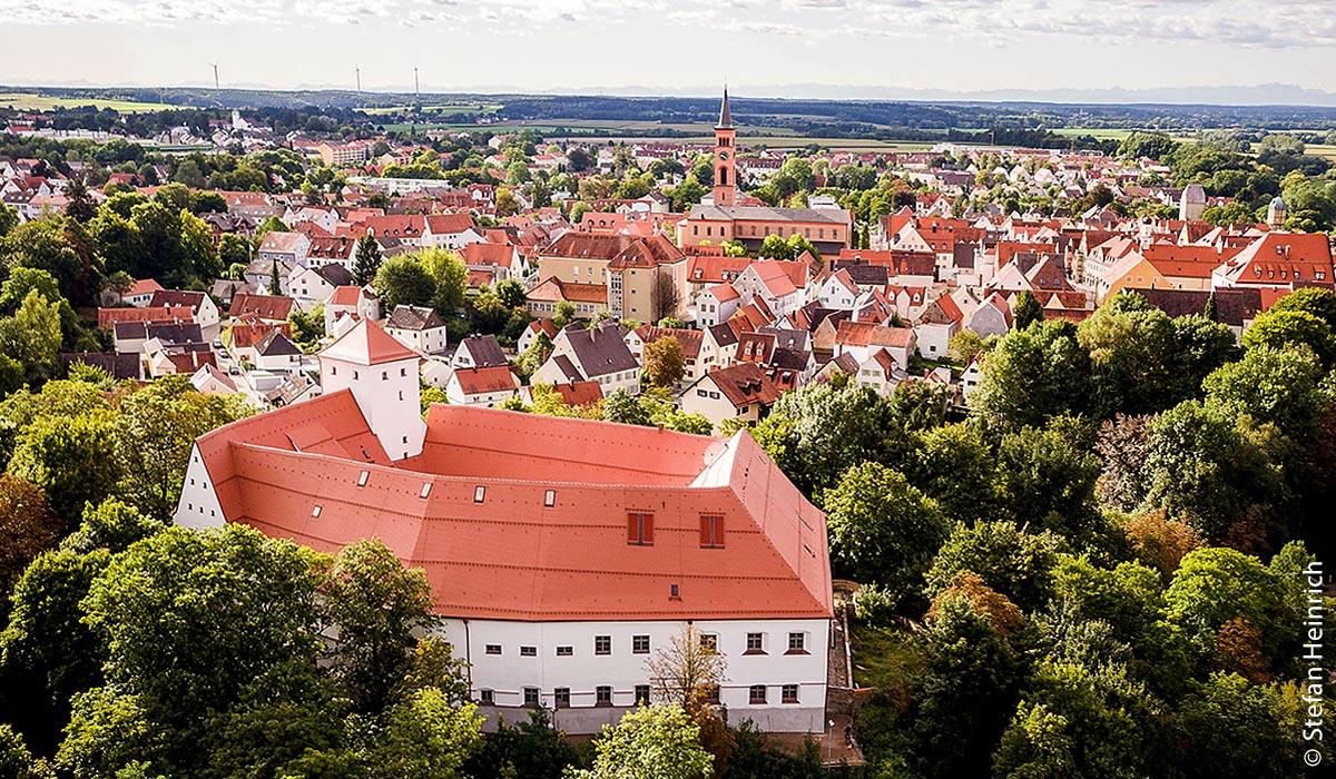 Das Wittelsbacher Schloss thront über der altbayerischen Herzogstadt Friedberg.