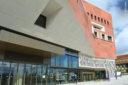 """Die größte wissenschaftliche Bibliothek des Landes und das """"kulturelle Herz Luxemburgs"""" – die Bibliothèque nationale du Luxembourg – soll mehr als 1,8 Millionen gedruckte und eine zunehmende Anzahl digitaler Medien auf rund 24.000 Quadratmetern Gesamtnutzfläche beherbergen."""