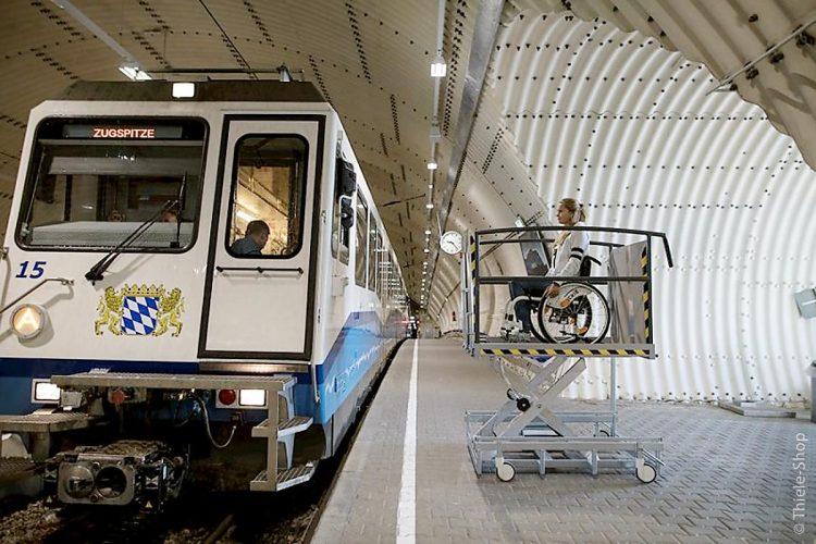 Zur vorübergehenden Überbrückung von Höhenunterschieden bis zu einem Meter – gerade für Rollstühle – ist ein Hebelift die perfekte Wahl.