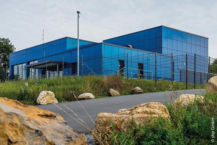 Früher betongrau schimmert das Gebäude des Bayreuther Wasserwerks jetzt je nach Lichteinfall blau, grün oder türkis, passend zum Thema Trinkwasser und zu den Farben des Logos der Stadtwerke Bayreuth.