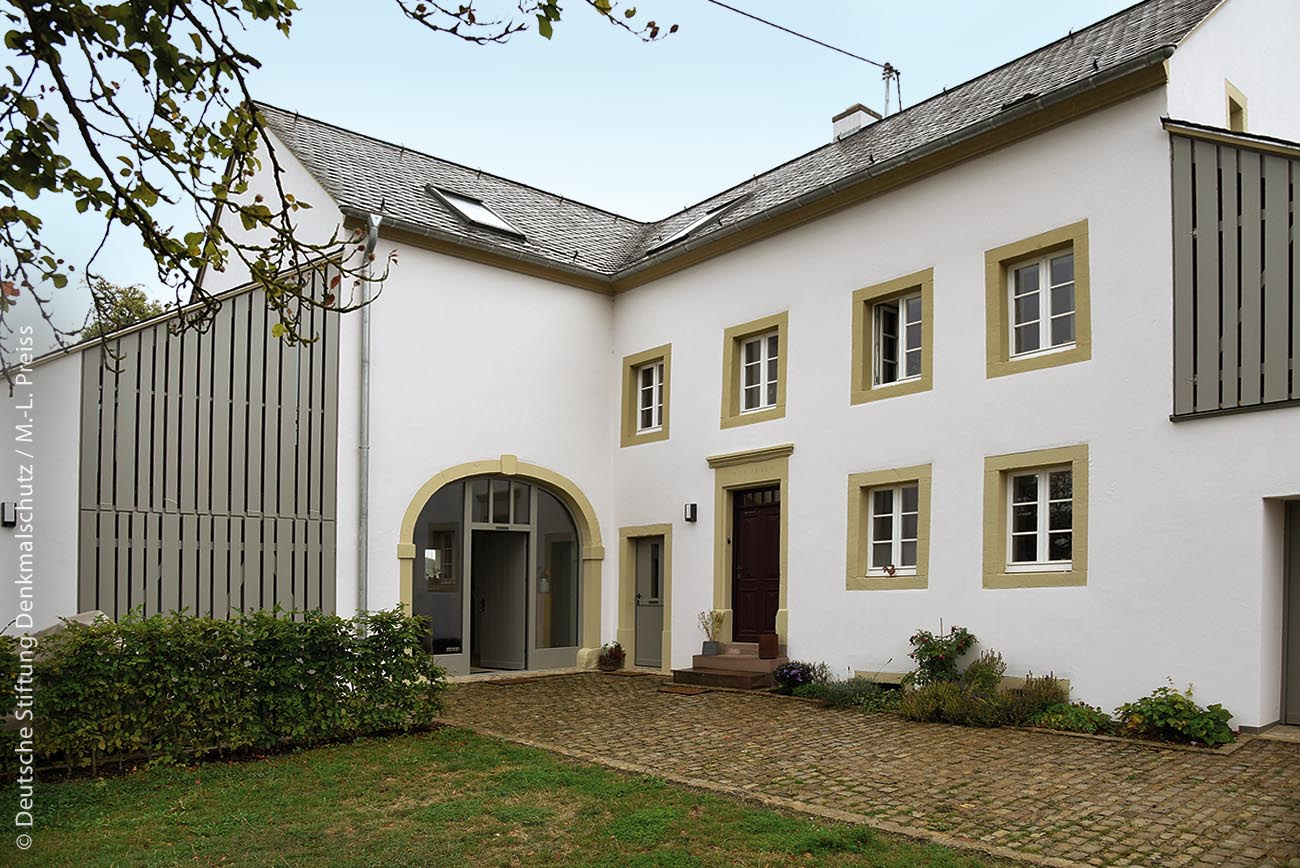 Durch gezielte Umnutzung leerstehender Gehöfte wird in Bettingen in der Eifel moderner Raum zum Wohnen und Arbeiten geschaffen.