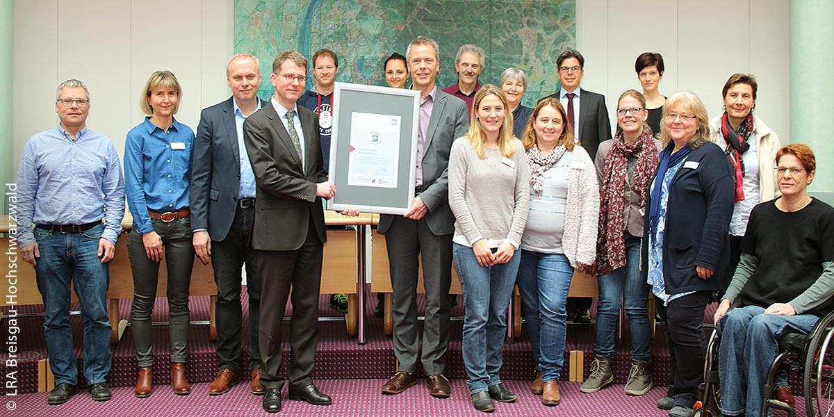 Die Projektgruppe des Landkreises Breisgau-Hochschwarzwald, die den Mitarbeiterprozess am Landratsamt steuerte, erhält die Einstiegsurkunde.