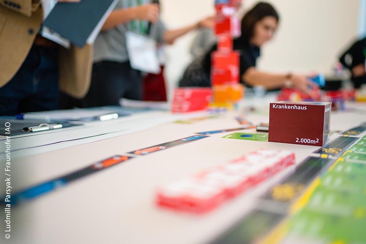 """Ein besonderes Highlight ist die """"Civil City Challenge"""": Hier können die Teilnehmenden ihre Ideen in einer fiktiven urbanen Welt ausprobieren. Dabei werden der Planungsprozess, sowie die Organisationsstruktur einer Kommune simuliert."""