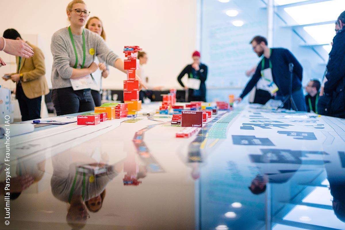 Im Rahmen verschiedener interaktiver Veranstaltungsformate haben Vertreter von Kommunen und Landkreisen, Start-ups, Unternehmen, Bürger sowie Studierende die Möglichkeit, sich gegenseitig auszutauschen und an konkreten Lösungen zu tüfteln.
