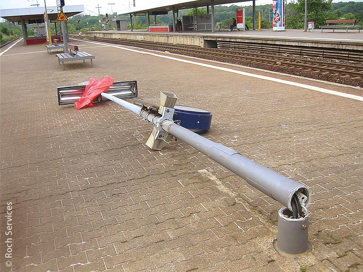 Mastbruch eines Beleuchtungsmastes an einem Bahnhof