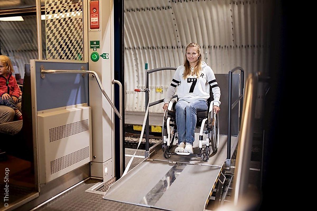 Die Überbrückung von Höhenunterschieden ist eine große Herausforderung für Rollstuhlfahrer. Gut zu wissen, dass Hebebühnen auch gemietet werden können.